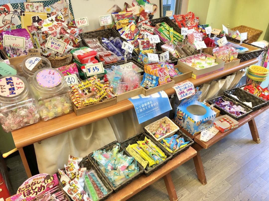 子ども達にも喜んでもらえるようにと開店当初から駄菓子も販売。どれも昔を思い出すものばかりでしみじみ……。実は外にあったテーブルとイスは、駄菓子を買ってすぐ食べられるようにと設置されているんです。