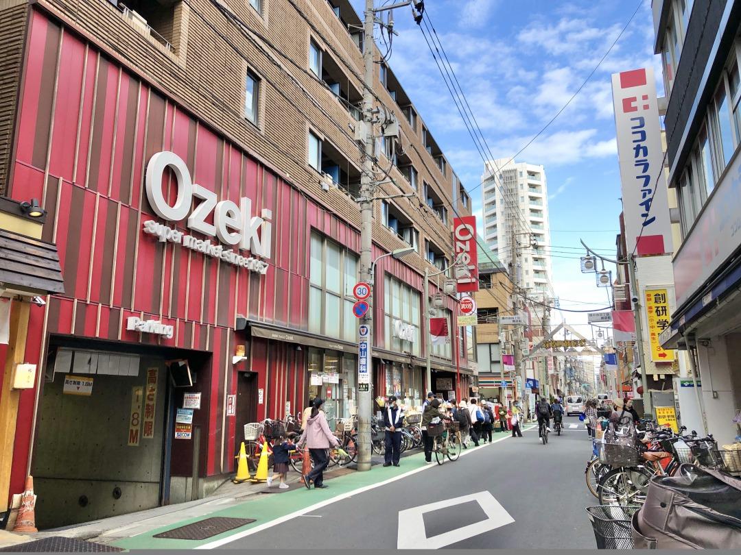 大通りに戻り、荏原町駅の方へと向かっていくと馴染みのあるスーパーが見えてきます。まとめて食材を買いそろえたいときに便利ですね。