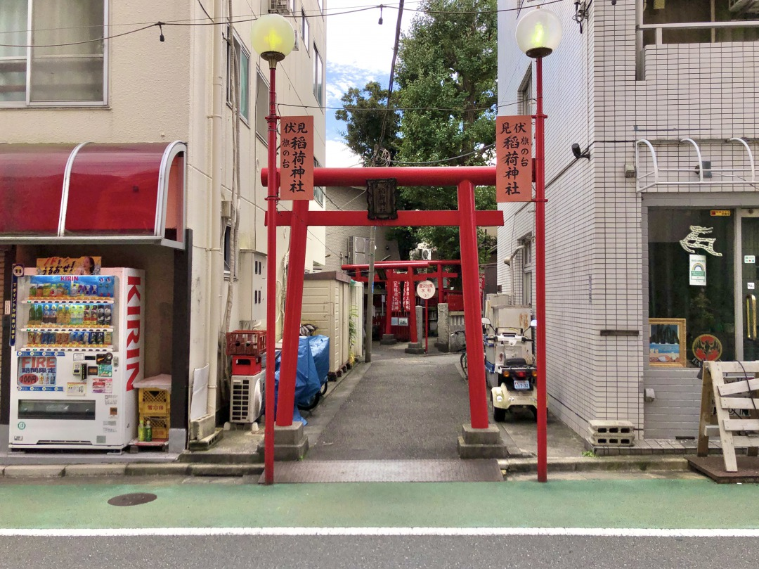 大通りに向かって歩いていくと、急に鳥居が現れます。この商店街の名前の由来になった「旗の台伏見稲荷神社」です。せっかくなので、参拝させていただきました。