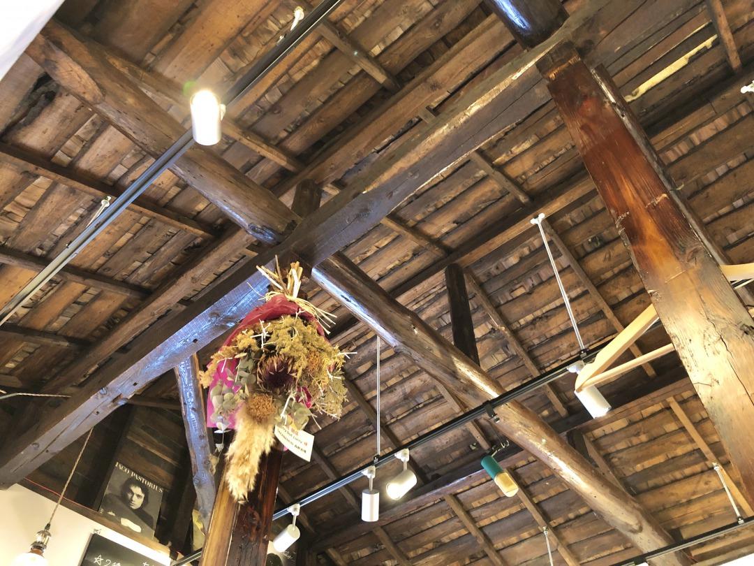 古民家ならではの立派な梁や、屋根の古い木材がそのまま活かされた空間になっていました。味があってとても素敵です……!