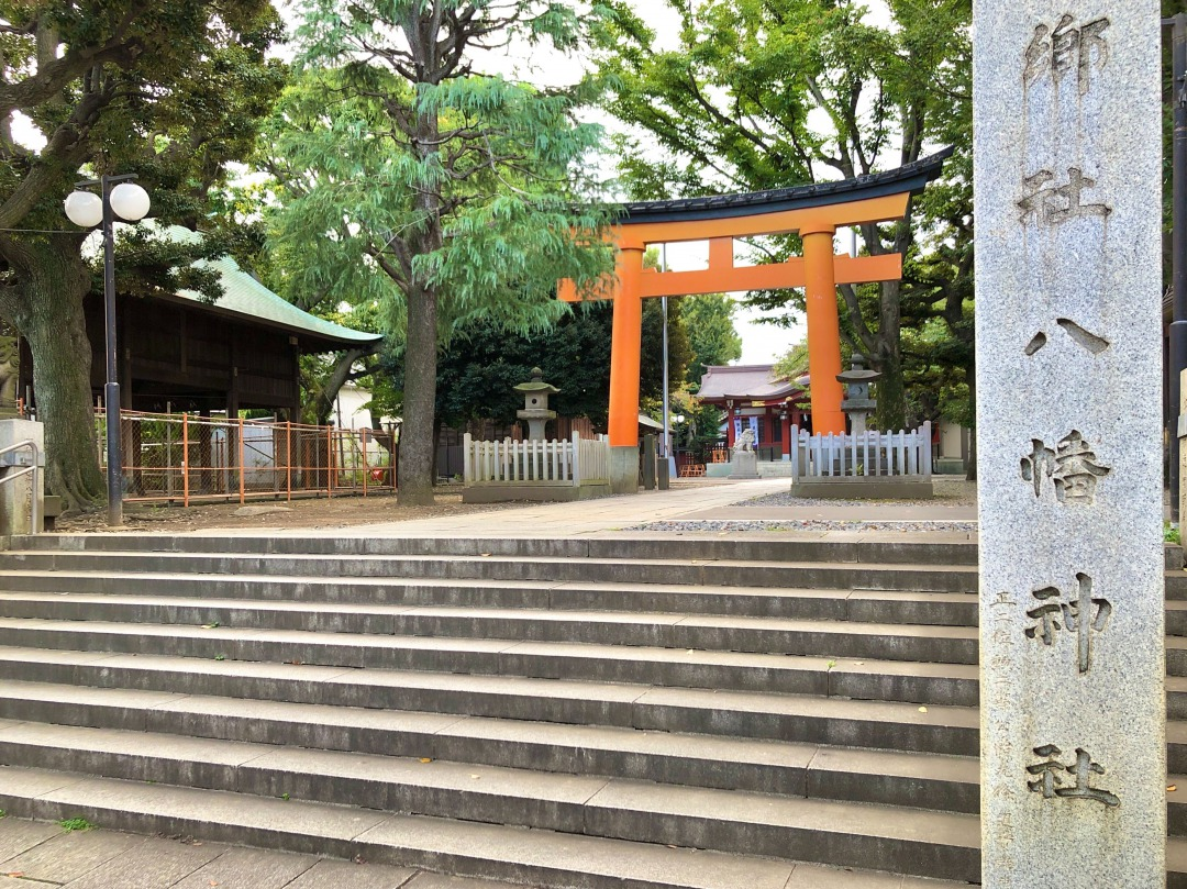 その名も「旗岡八幡神社」。住宅街の中に社を構え、お隣には法連寺があります。