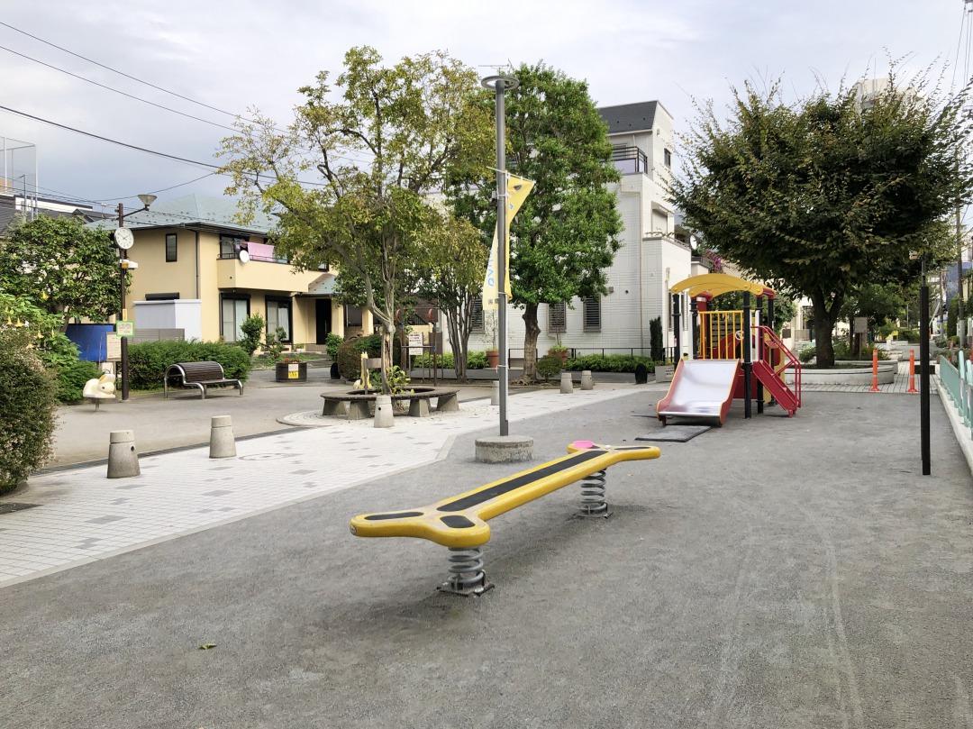 遊具が置かれた児童遊園や公園もあります。学校終わりの時間になると、子どもたちが元気に遊んでいました。