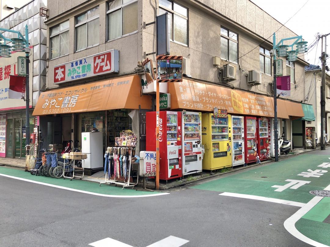 ちょっぴり懐かしさを感じる書店。不用品も買い取っていて、いろいろな物が売られていました。それにしても、側面にある自販機の多さに目が引かれます。