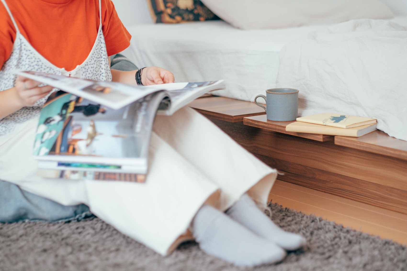 お気に入りだと話すベッドサイドスペースは家で過ごす上での憩いの場だそう。 「LOWYAで購入したベッドフレームはサイドに出たベッドの縁が便利です。テレビを見るときや本を読む時に飲み物などを置くサイドテーブル代わりにしていますね。」