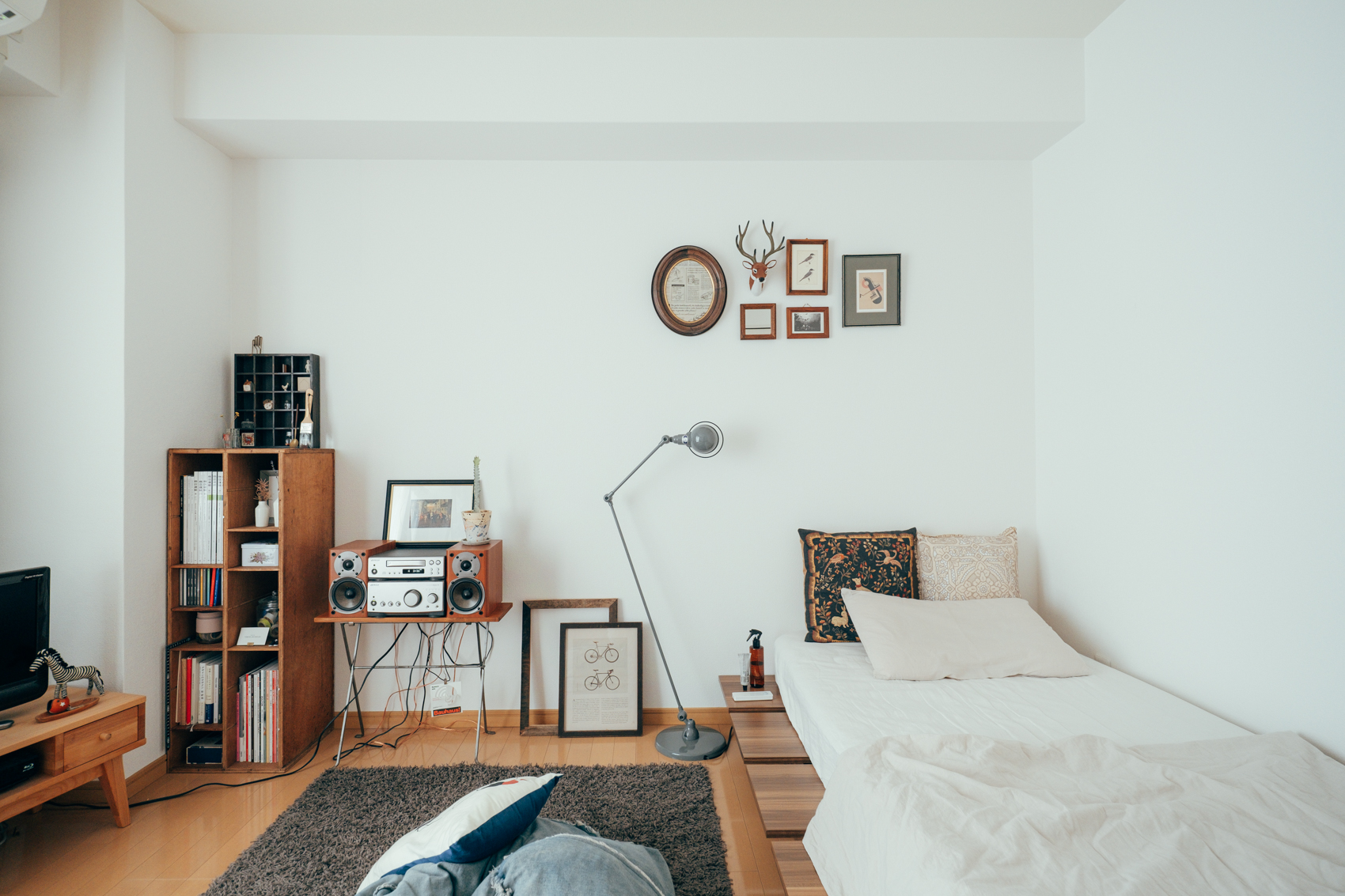 ベッドを低くしていると空間も広く感じられるのでオススメです。