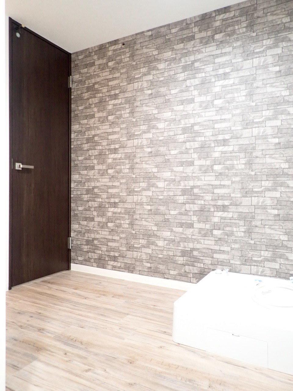 バスルーム・洗濯機置き場・トイレなどの水回りはひとまとまりになっています。ここの壁もお洒落なクロスが貼られていて、おしゃれな雰囲気がありますね。