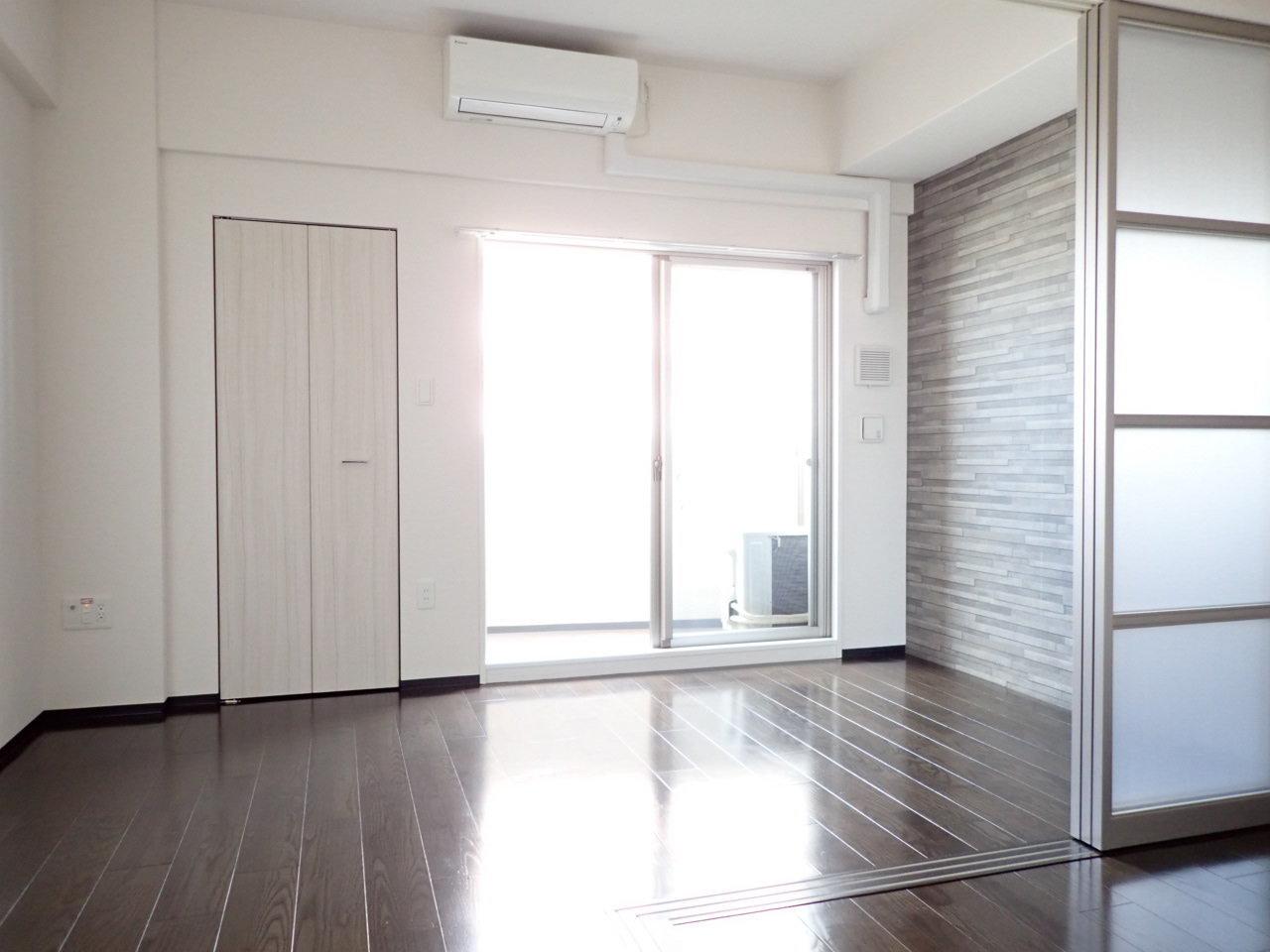 8.6畳のリビングと、洋室がついた1LDKタイプのお部屋。ソファを置けるゆったりとしたスペースです。