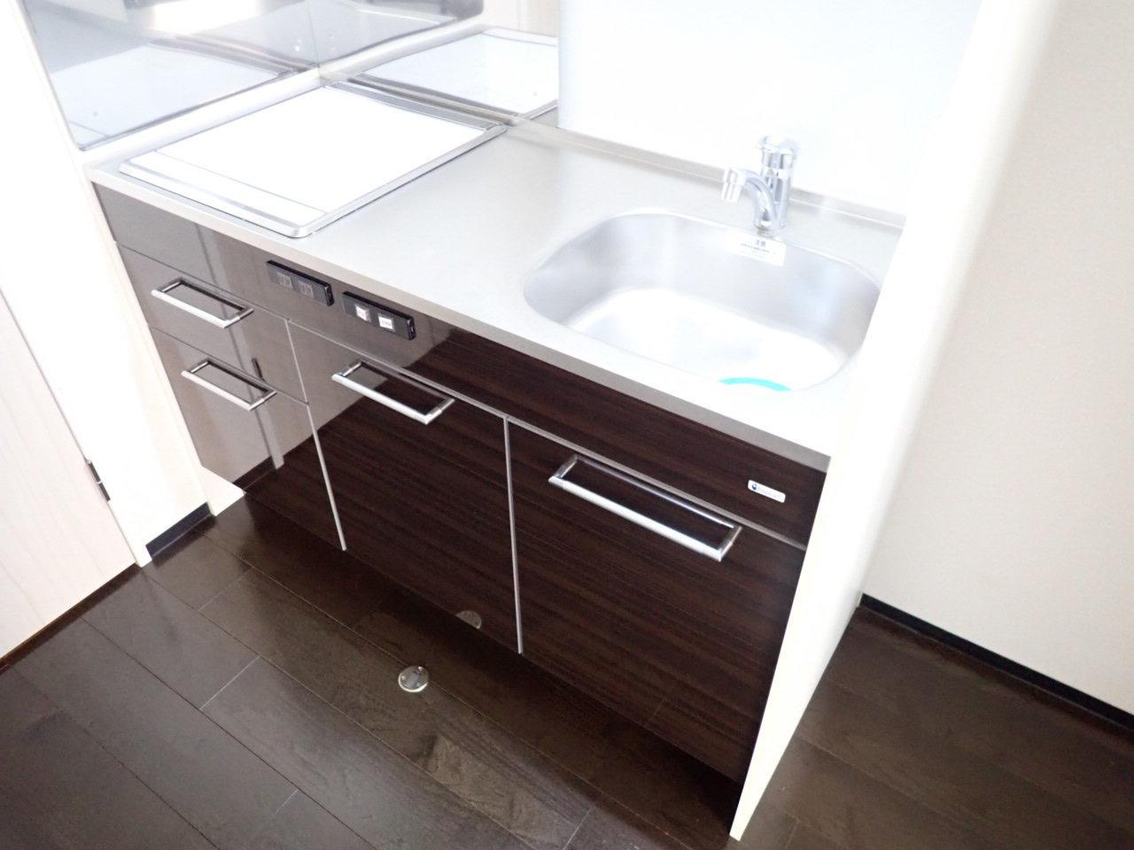 キッチンはコンパクトですが、2口IHコンロに作業スペース、収納力もあるので、利便性は高そうです。