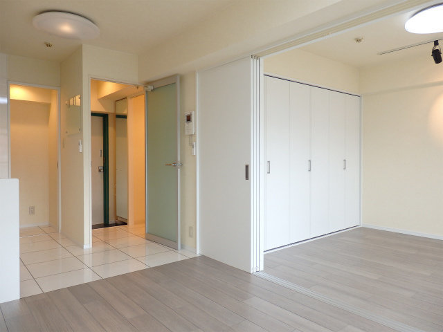 引き戸を使って仕切れるタイプの、1LDKのお部屋。一人暮らしでも、二人暮らしでも使える広さがあります。