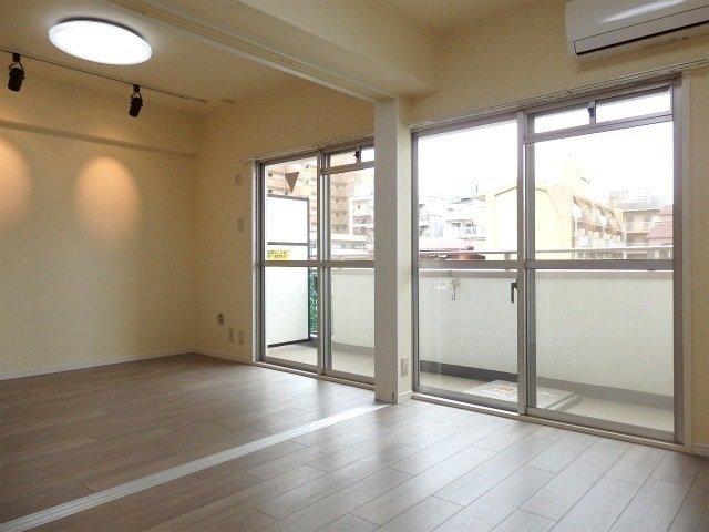 二部屋それぞれに窓があり、その先には二部屋をつなぐ大きさのベランダが!