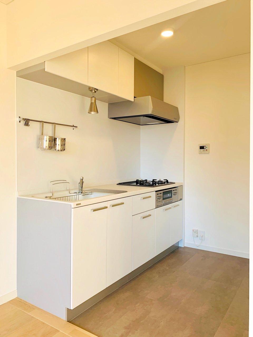 真っ白でシンプルなキッチン。デザインがいいだけでなく使い勝手も良いと評判なんですよ。