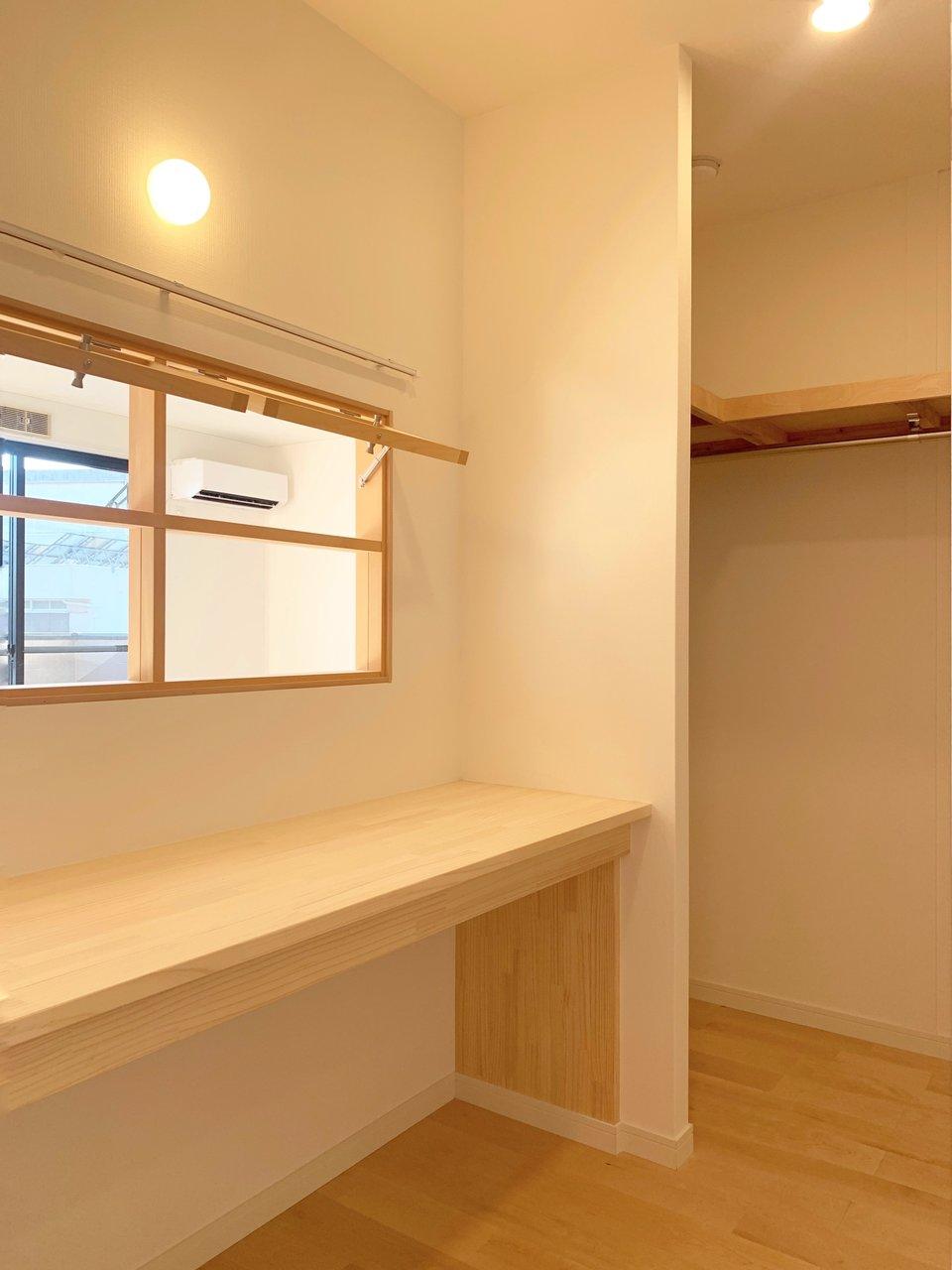 室内窓の奥は、デスクのある書斎兼ウォークインクローゼット。