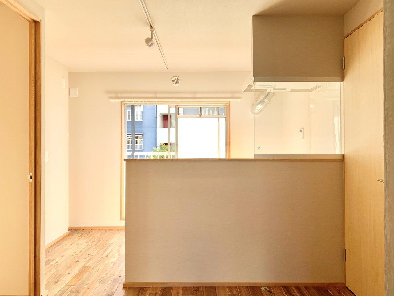 こちらは団地リノベーションのお部屋。南北に窓があり、日当たりだけではなく、風通しも良いのが特徴です。後光がさすキッチン…!