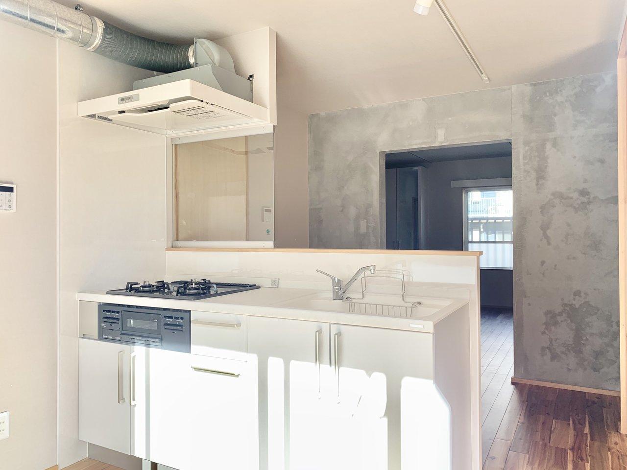 団地は住棟間の距離が十分に取られているので、光がよく入るんですよ。とても明るいキッチンですね!