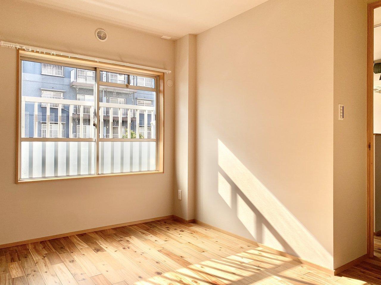 こちらは南側の洋室。日当たりがいい!