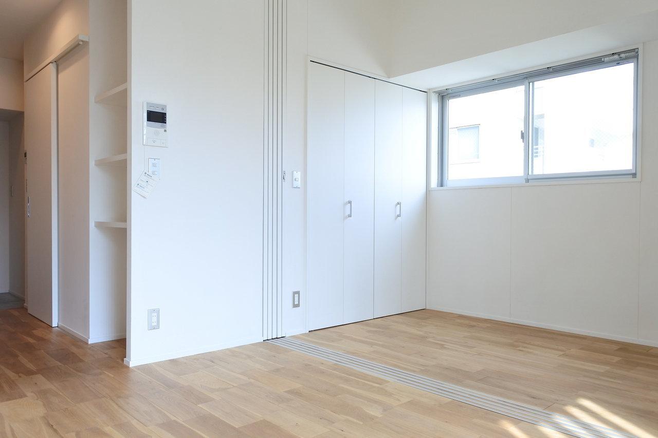 壁の中に収めることのできる引き戸で、仕切っても、開け放してワンルームのようにも使えるフレキシブルさが嬉しい。両方のお部屋に窓があり、明るいですね。