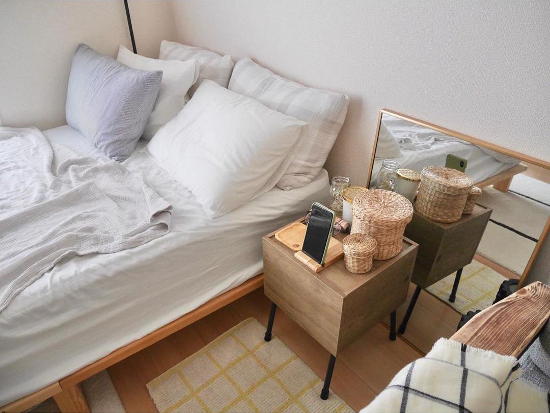 ベッドサイドテーブルも「木」と「アイアン」。そして、細々としたものはカゴに入れて、見えないように。細かい部分まで徹底されているから、全体が整ってみえるんですね。