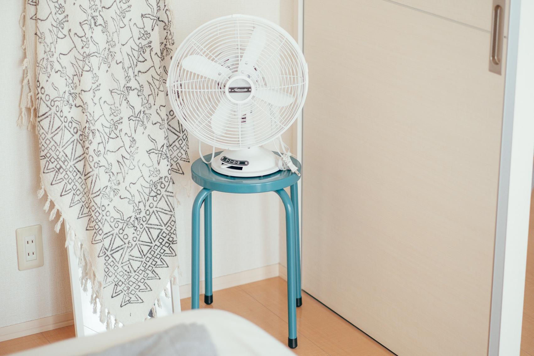 「窓が大きな分、季節によって扇風機や加湿器は必須のアイテムです。最近CAINZで見つけたスチールスツールのデザインと色合いが可愛くて、差し色としての役割も持たせつつ、その上に置いて使っています。」