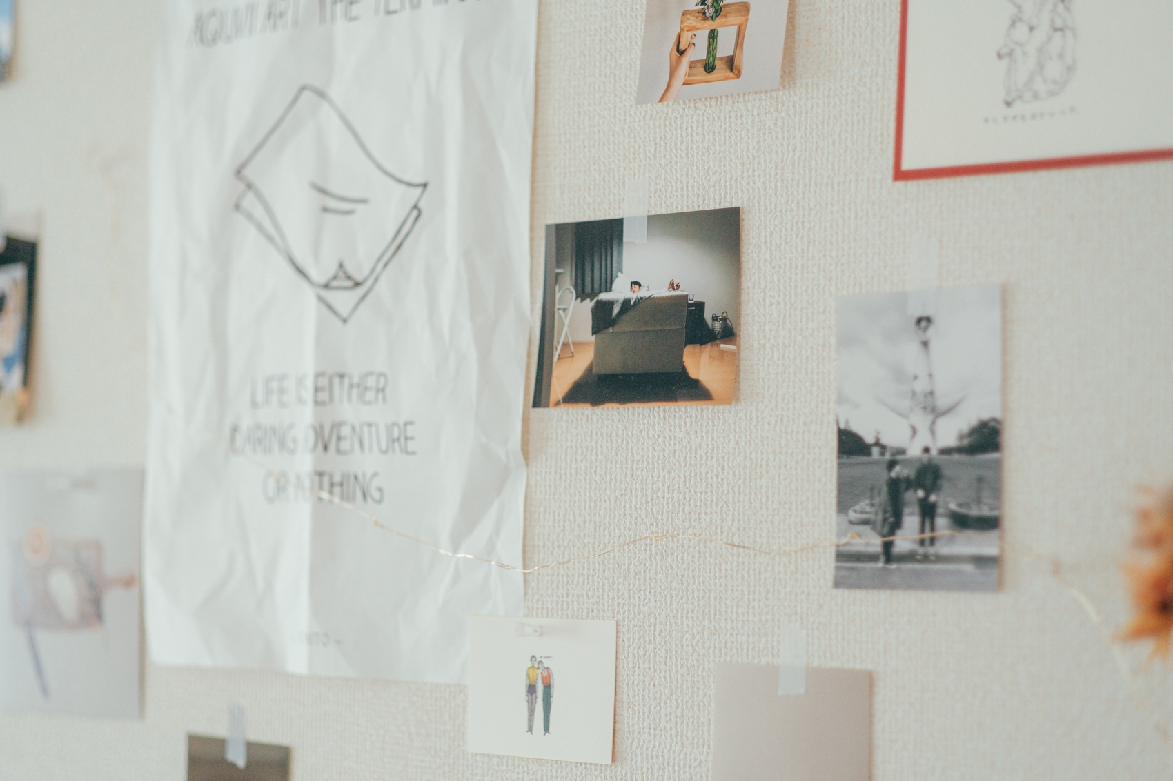 「旅行先での写真から家での何気ない風景まで、好きな紙ものと合わせて、その時の気分によって変えています。ただ部屋が騒がしくならないようにバランスは意識していますね。」