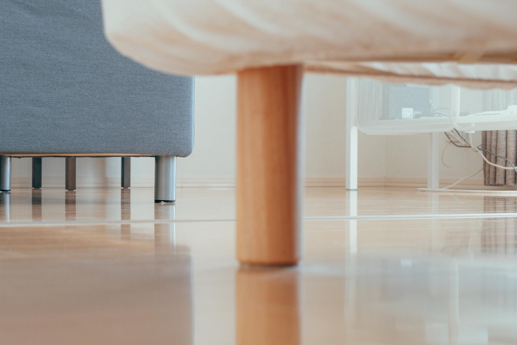 家具も、掃除しやすいように脚のある高い家具を選ばれているというsuzukiakaneさん。こうした習慣は初めからではなかったそう。 「元々は物が捨てられない性格で、実家の部屋は散らかっていました。一人暮らしや同棲をするタイミングで思い切って使わないものは処分。部屋がスッキリしたことで掃除もしやすく、掃除が習慣になりました。」