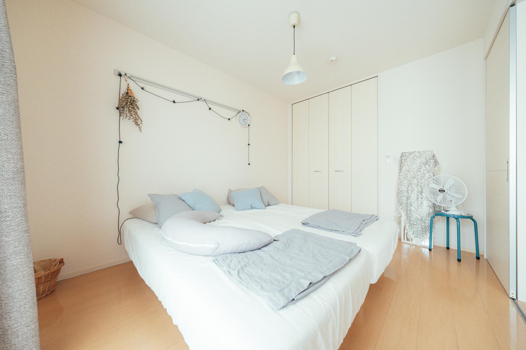 日当たりの良さは寝室も同様に、白さが広々とした印象を与えます。
