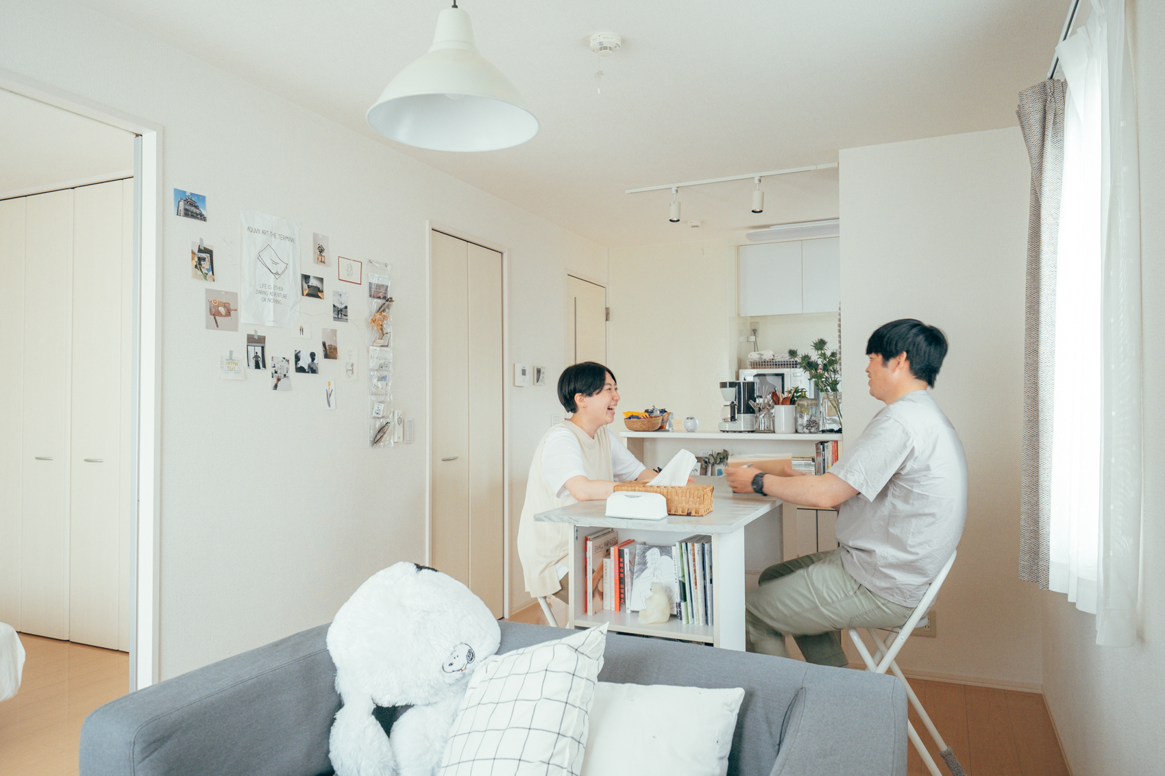ダイニングテーブルはsuzukiakaneさんが一人暮らしの時に使っていた、カラーボックスも使いながらDIYで作成されたもの。背の高いご主人の背丈にもあって使いやすそうです。 「高いダイニングテーブルが中々見つからなくて、自分たちの合うものをという思い出で作りあげました。食事や作業はいつも二人でここで行っていますね。」