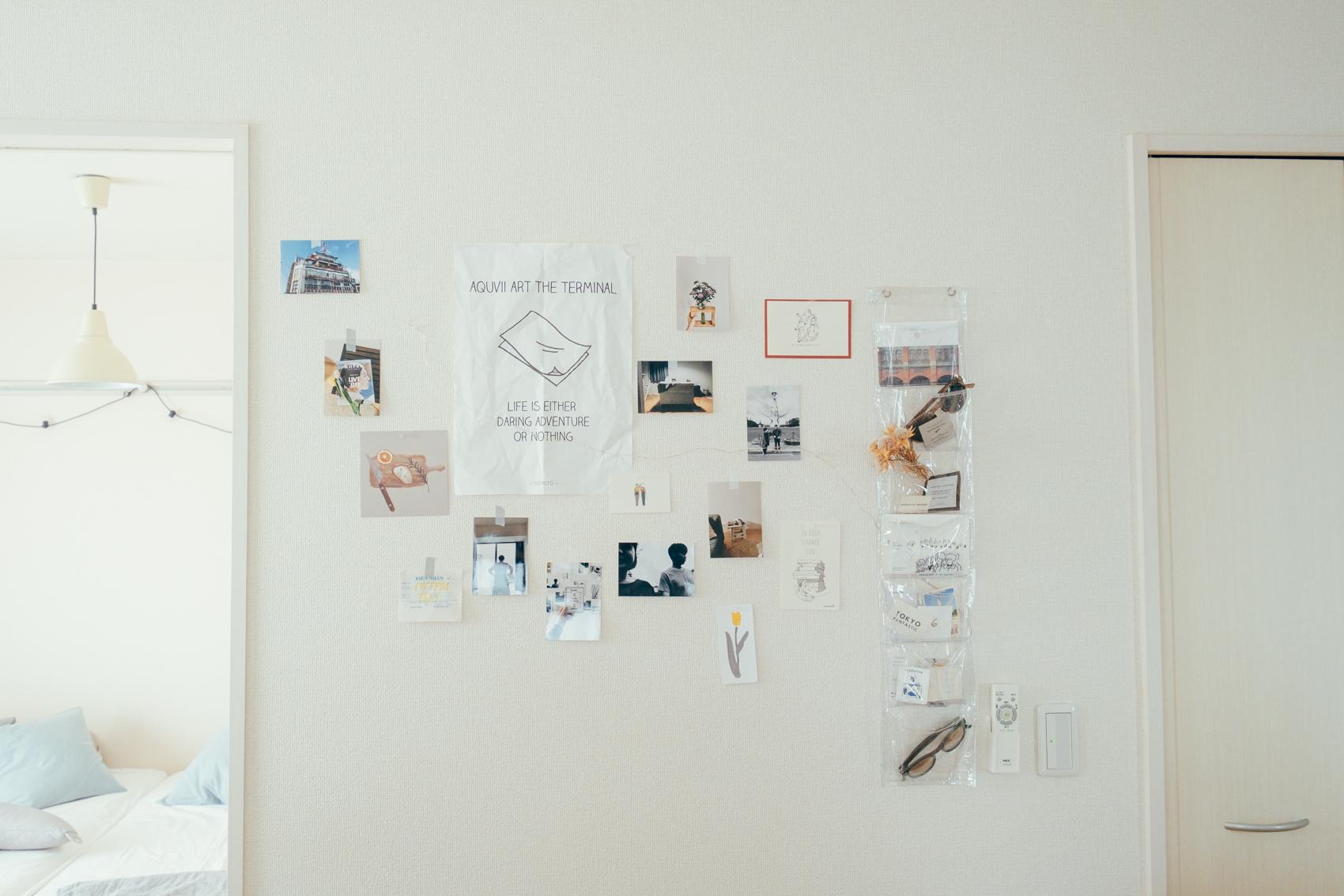そんなダイニングテーブルから見えるのが、ウォールデコ。日常の写真や旅行の写真、お気に入りのポストカードなどを飾られています。