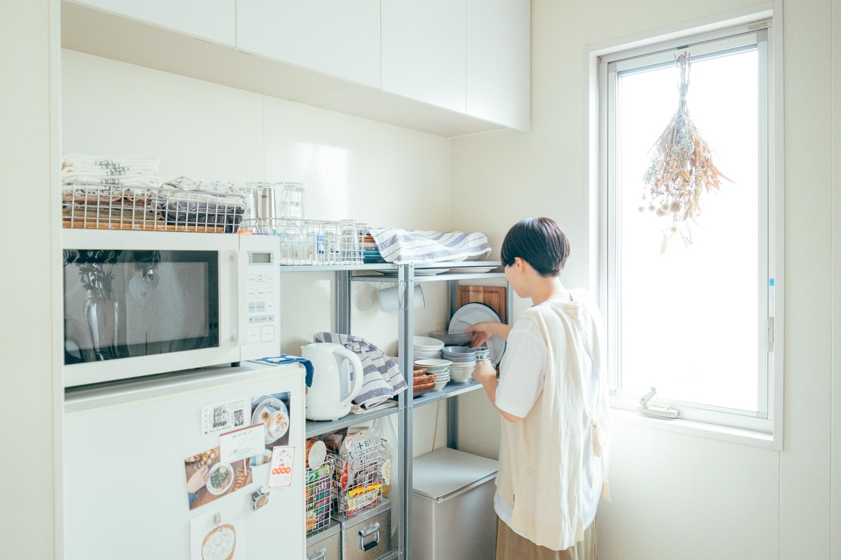 白のこだわりは日当たりの良いキッチンにも。大きな窓からの光がキッチンの時間も楽しくしてくれそう。