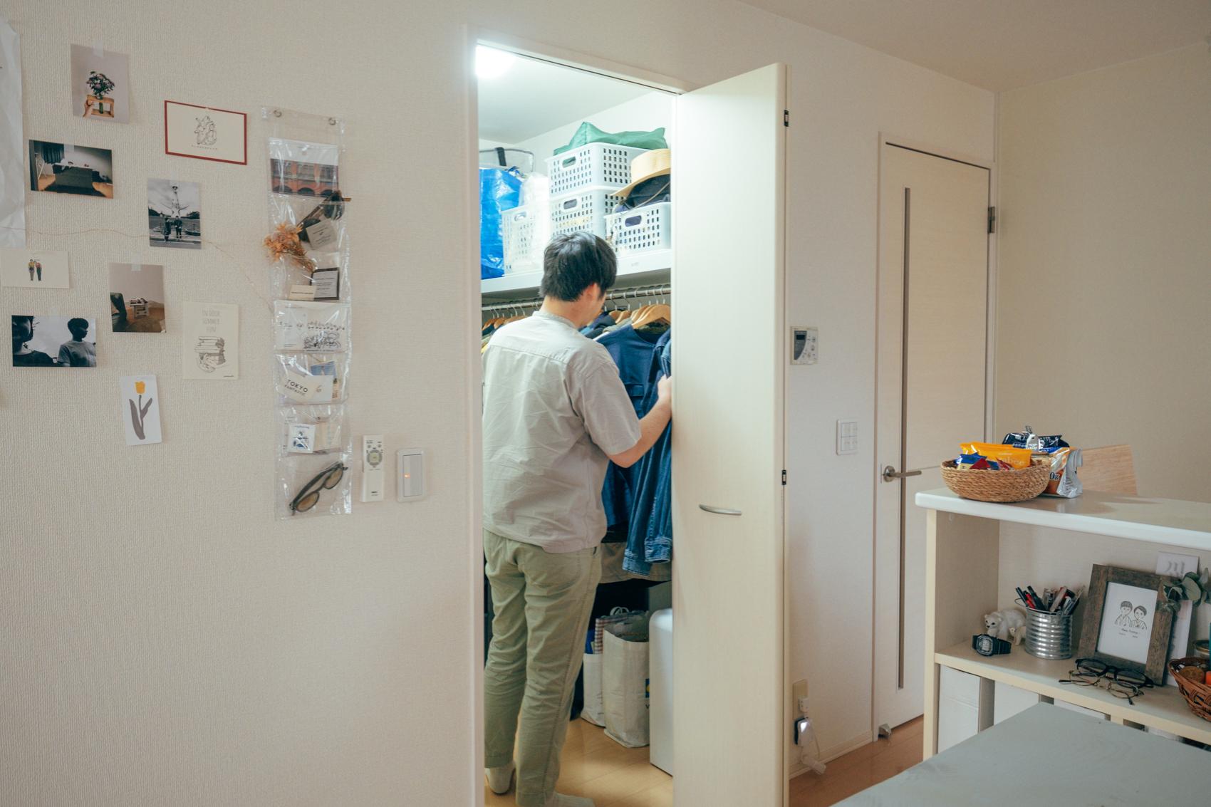 キッチン横の衣装クローゼットには二人の服が収納されています。 「クローゼットに収まる範囲での数しか、衣服は持たないようにしています。入り切らなくなったら持っているものを捨てる。着ることないものがあるからこそ、新しい服が必要になるという考えです。」