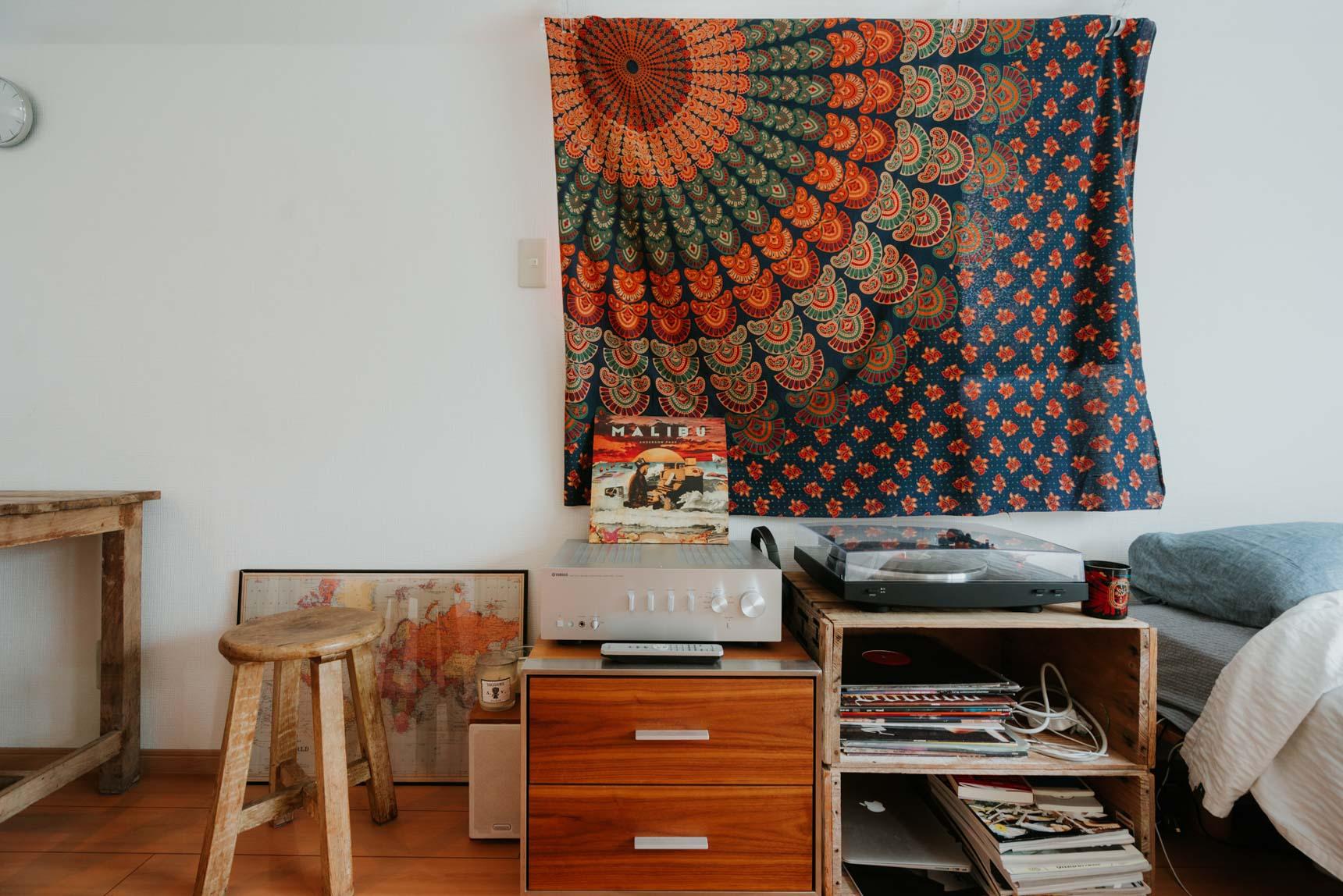 こちらは100円ショップで購入したカーテンクリップを活用して、窓に1枚の布をかけているだけ。お気に入りのカーテンがないときのアレンジ方法として使えそう!