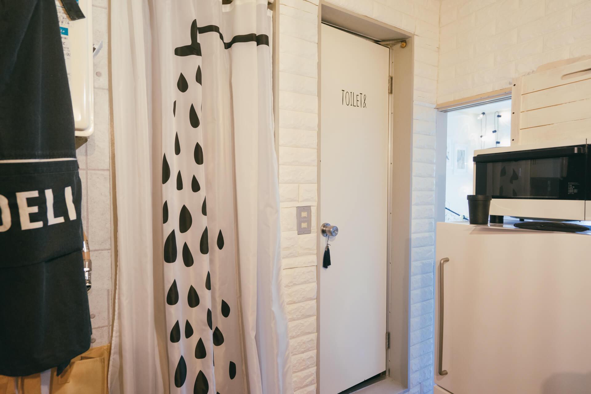 こちらのお部屋では、水回りの壁をおしゃれにアレンジ。貼っているのは、100円ショップの発泡スチロール製の壁紙。少し凸凹しているのが、まるでレンガのような印象になって面白いカスタマイズ方法です。