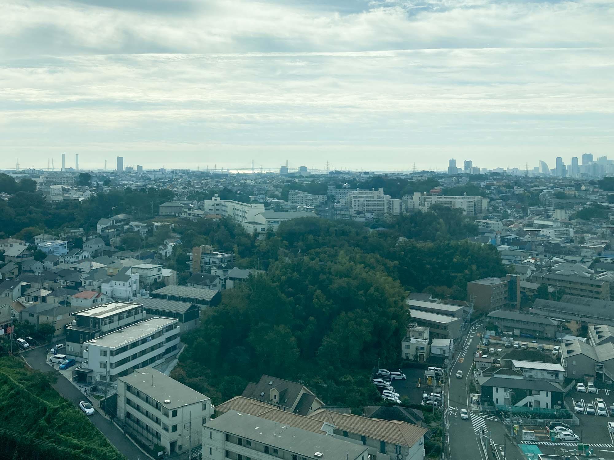 高層階にあるホテルのため、眺めもいいんです。南側のお部屋からは、海やベイブリッジ、みなとみらいの高層ビル群まで見通せました。