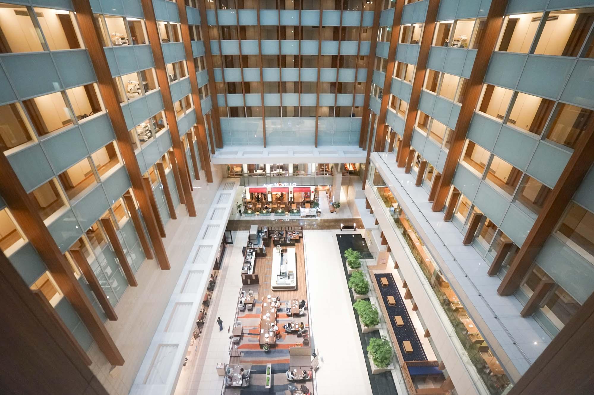 10階から19階までのホテルのフロアは、大きな吹き抜け空間になっていて、開放感もあります。