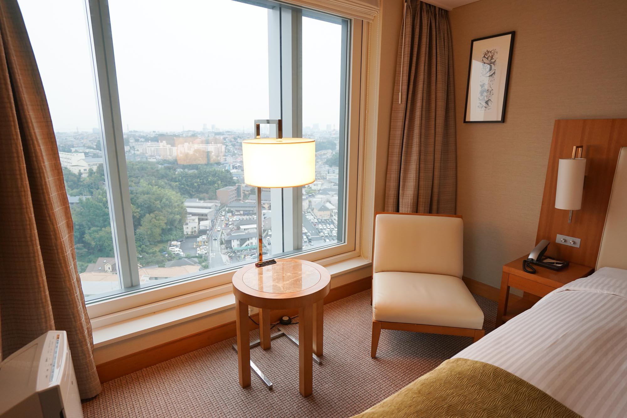 そして、窓際にはちょっとくつろいで読書などできそうな椅子とテーブルが別であります。