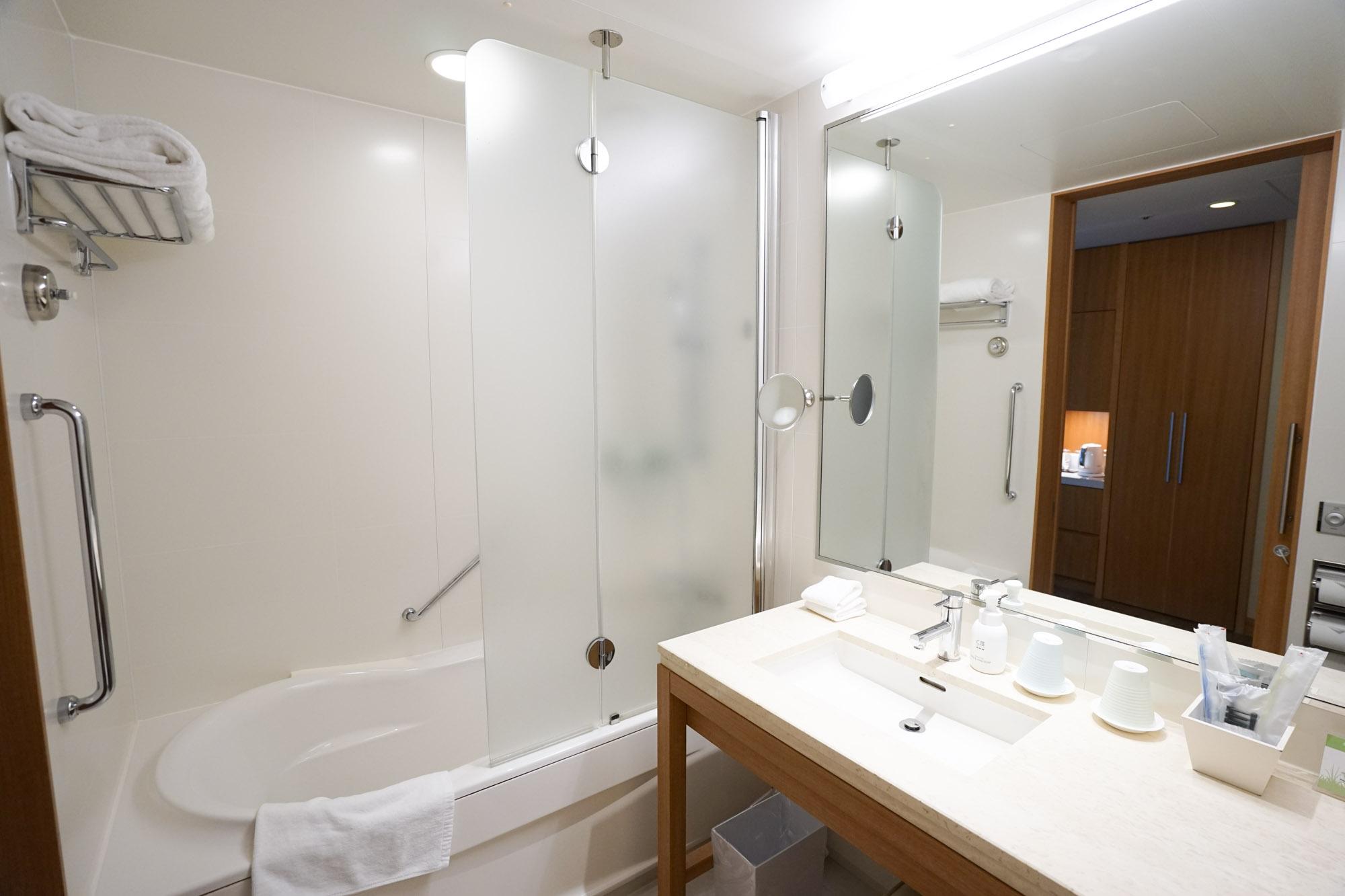 お風呂の浴槽も広々でした。