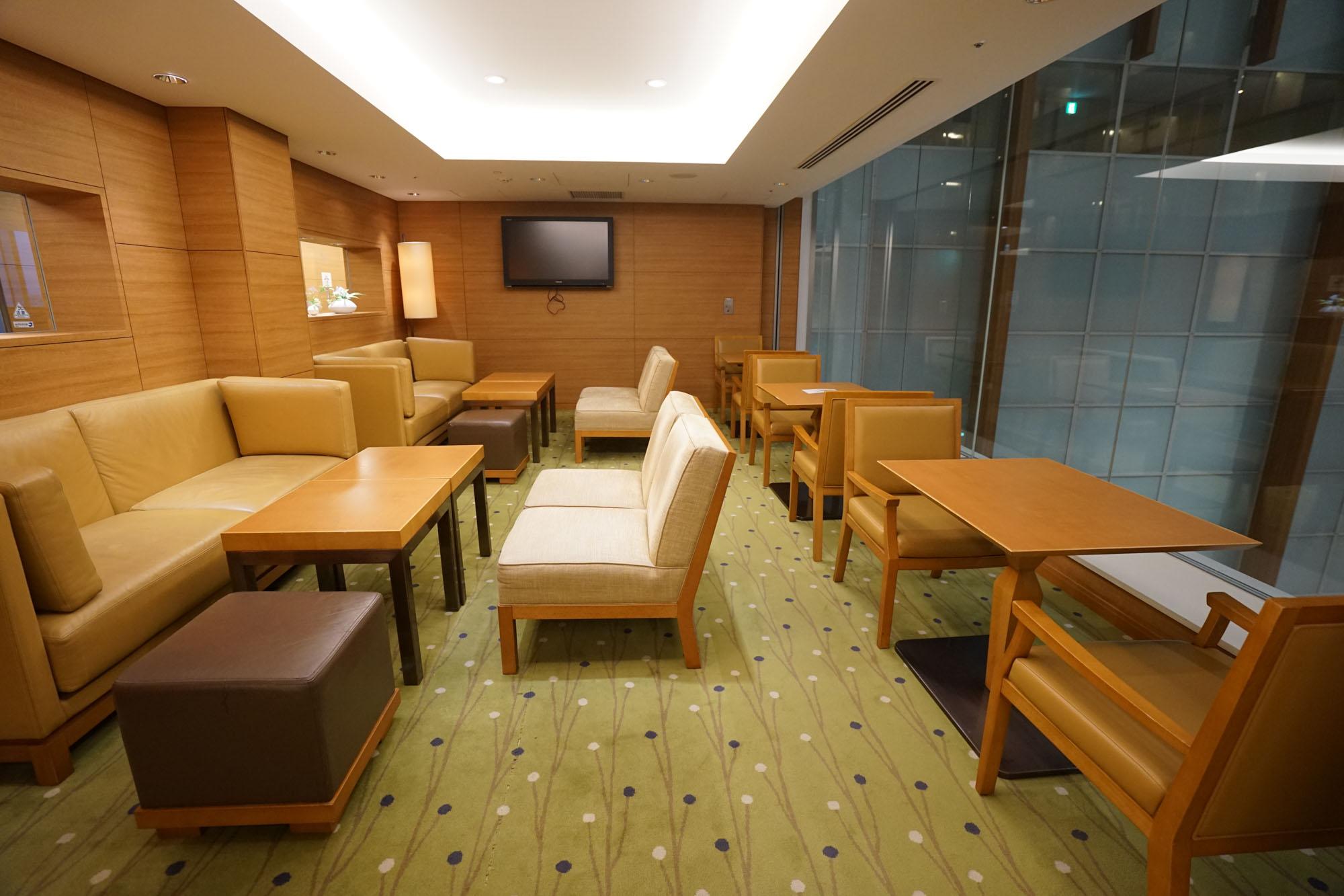 ソファ席など。かなり広々としていて様々な席が使えるので、客室内でのリモートワークに息詰まった時に便利に使えそうです。