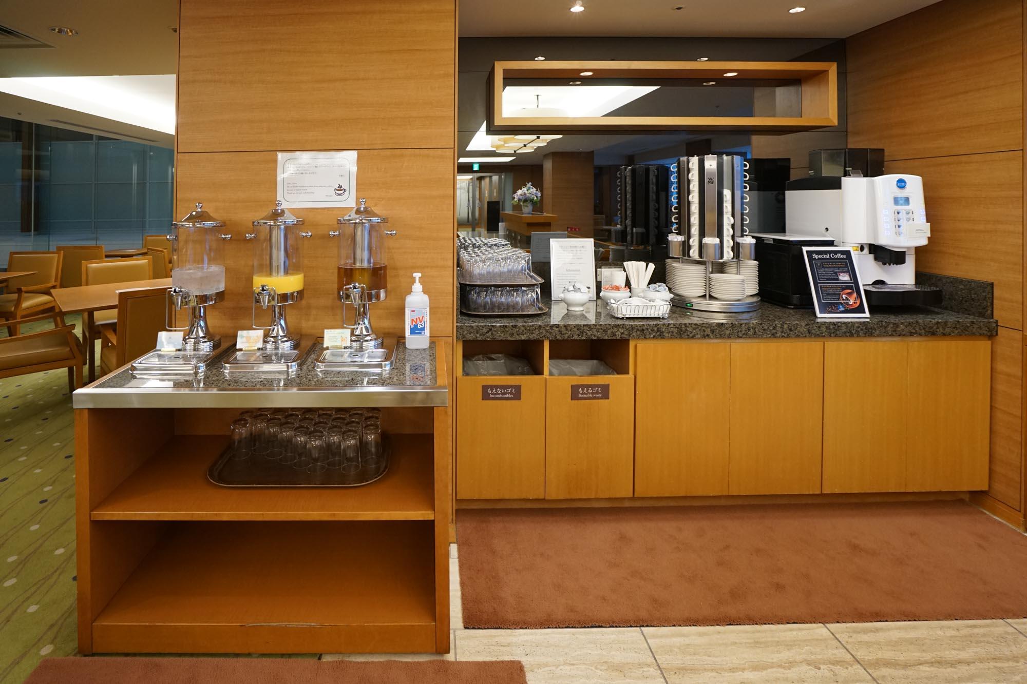 さらに、ジュースやコーヒーなどがセルフで飲み放題なんです。カフェ代が浮くことを考えたらとてもお得ですね。