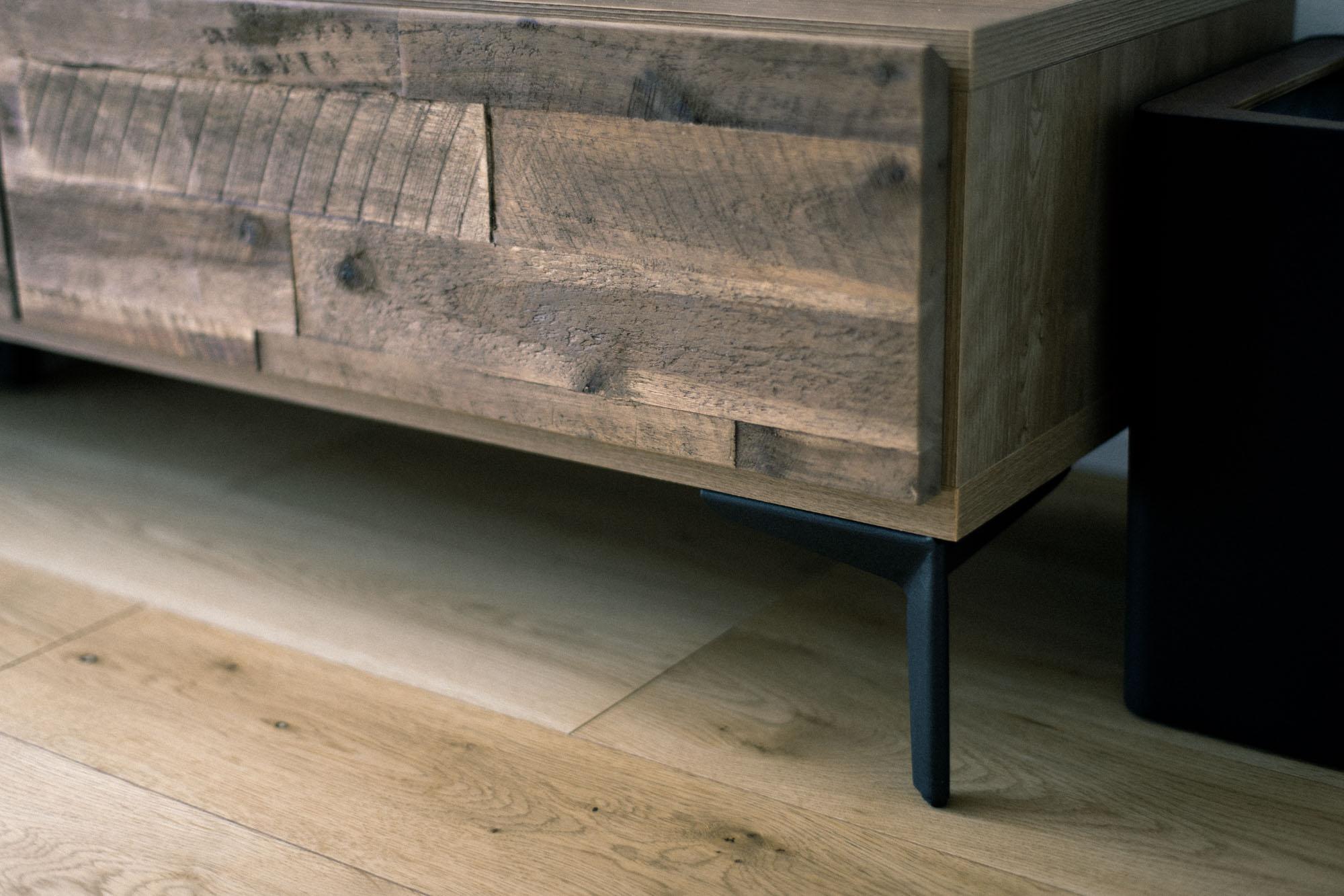 ソファの足はもともと木材、テレビボードの足はアルミ素材だったものを、アイアンペイントで塗装されているそう。