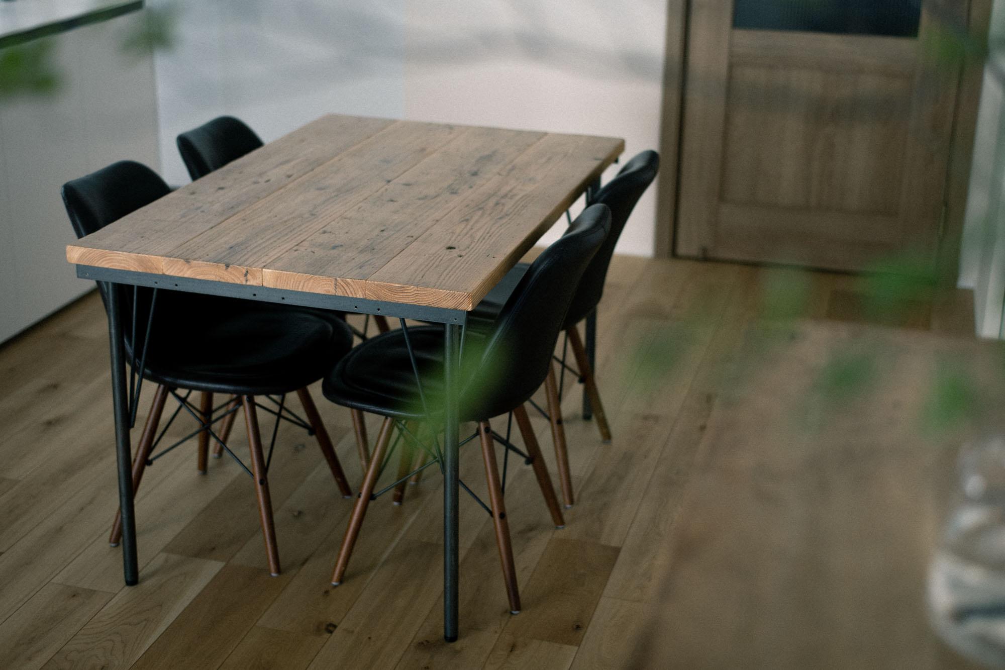 ダイニングテーブルは古い足場板とアイアンの足を組み合わせてDIY。