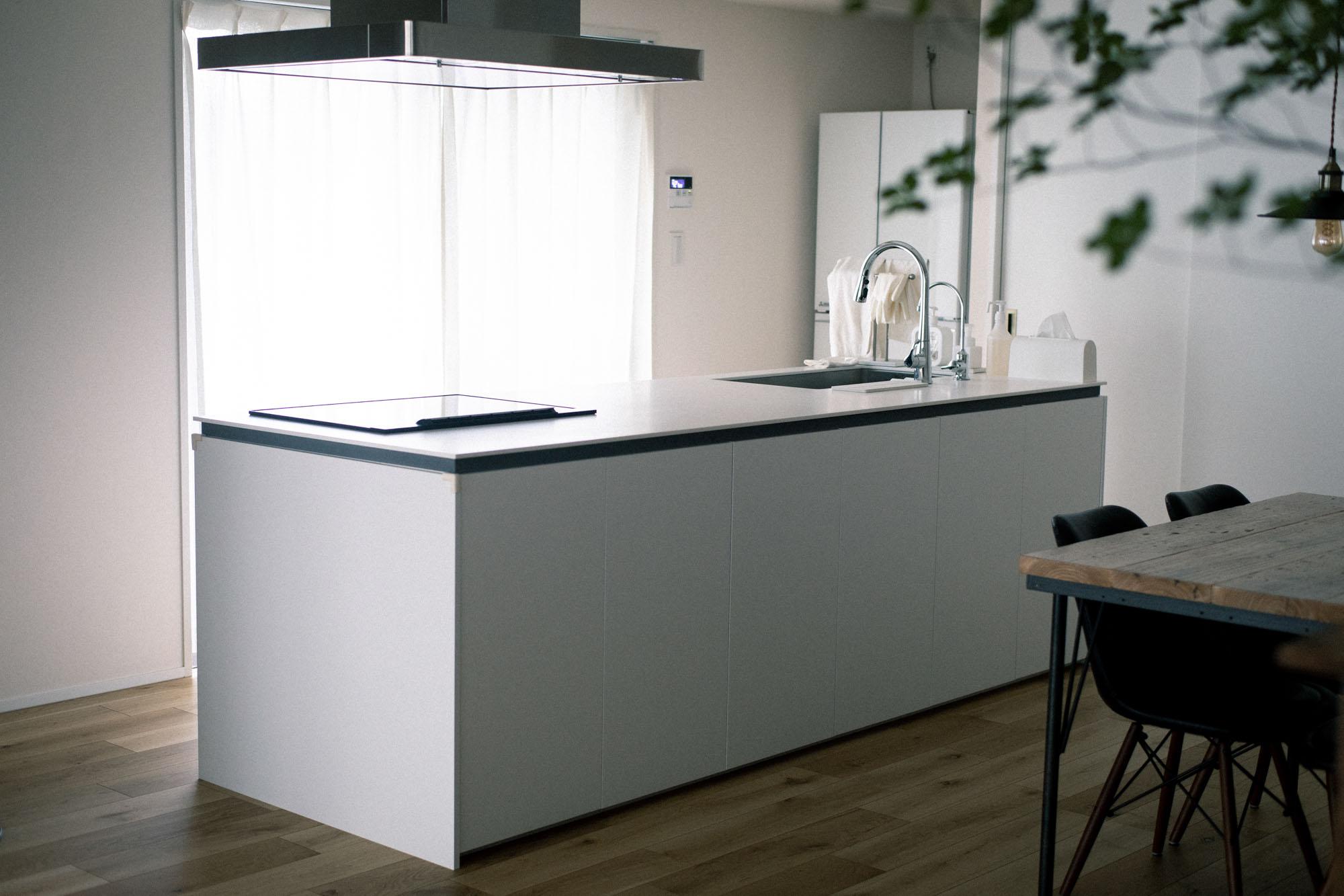 キッチンのスペースは、あえてリビングスペースとは雰囲気を変え、白とシルバーを中心に。