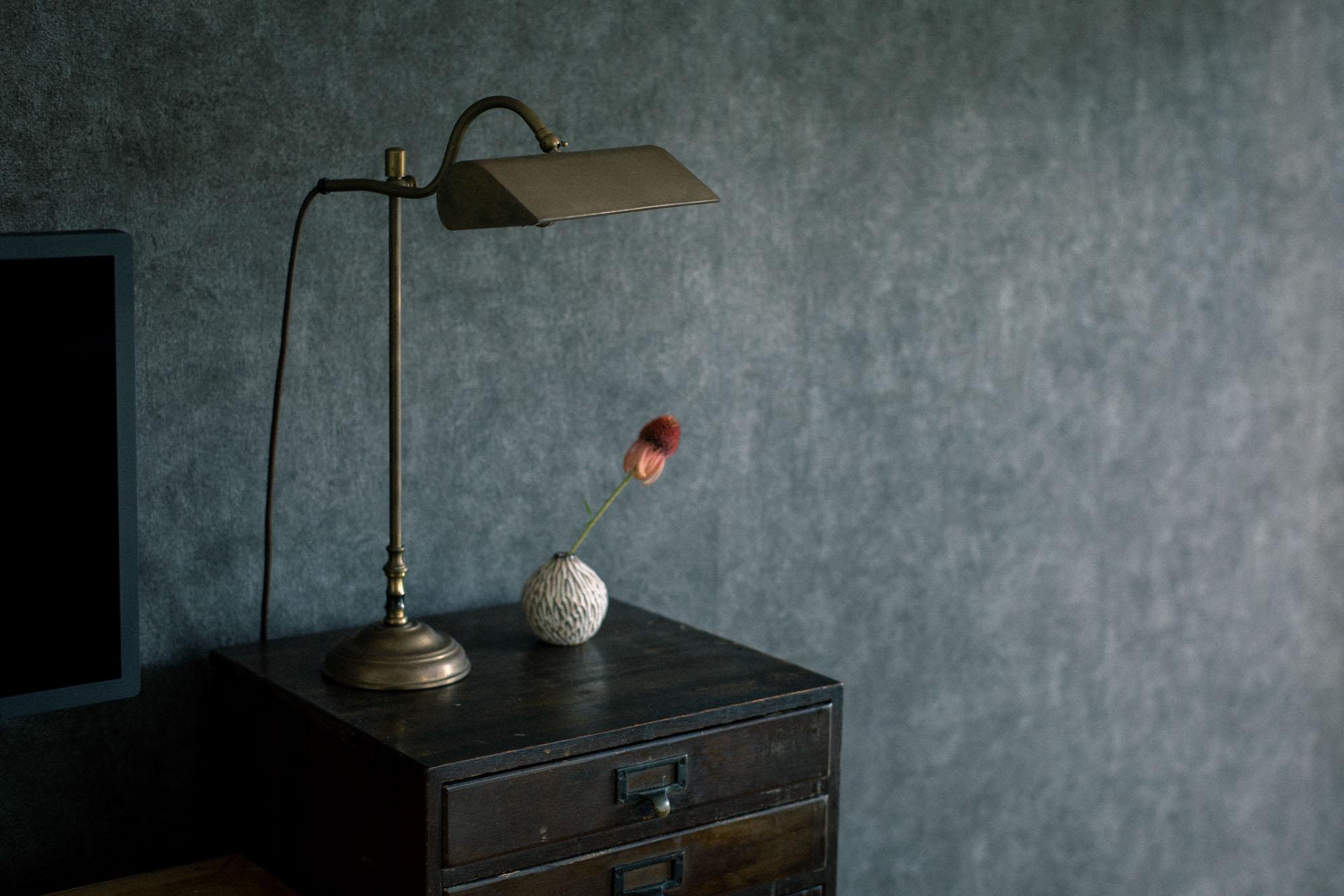 引き出しの上には、お気に入りの真鍮のライト。これもアンティークのもの。