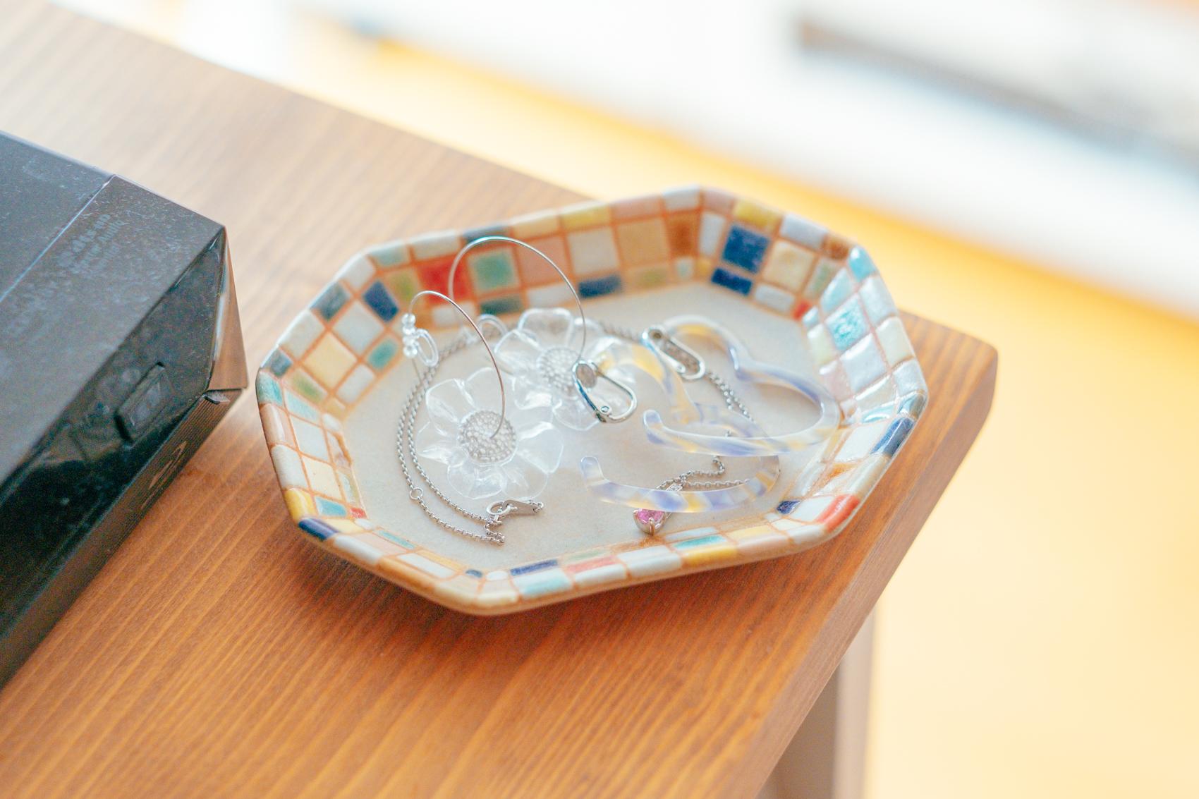 好きなアイテムとしても色合いが映えるものが特徴的なblue_vesselさんのお部屋。 「古川真紀子さんのお皿は最初、好きな女優さんが使っているのをInstagramで見つけて一目惚れしたモノです。展示会に行ったのですが、数も多くて、まずはここからという気持ちで購入しました。」