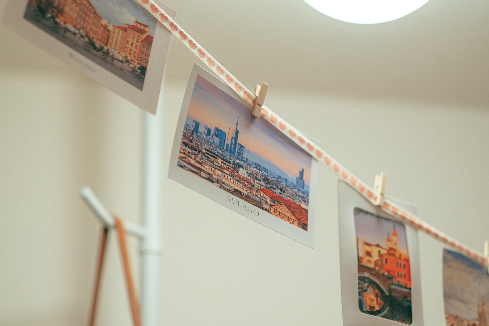 目線が上がる仕組みは玄関にも、卒業旅行で購入されたポストカードが吊るされていました。