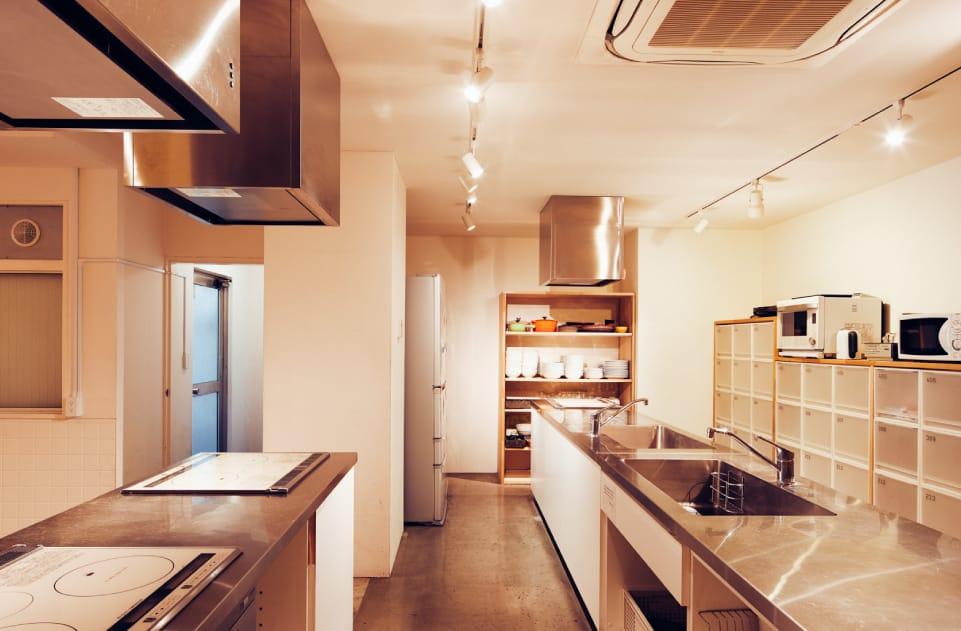 もっとしっかり、大きなキッチンで自炊がしたいという方は、あえて共有キッチンのあるホテルを選ぶのもおすすめ。ホテルグラフィー根津は、シェアレジデンスの住人さんと共同のため、設備がかなり充実したキッチンを備えています。