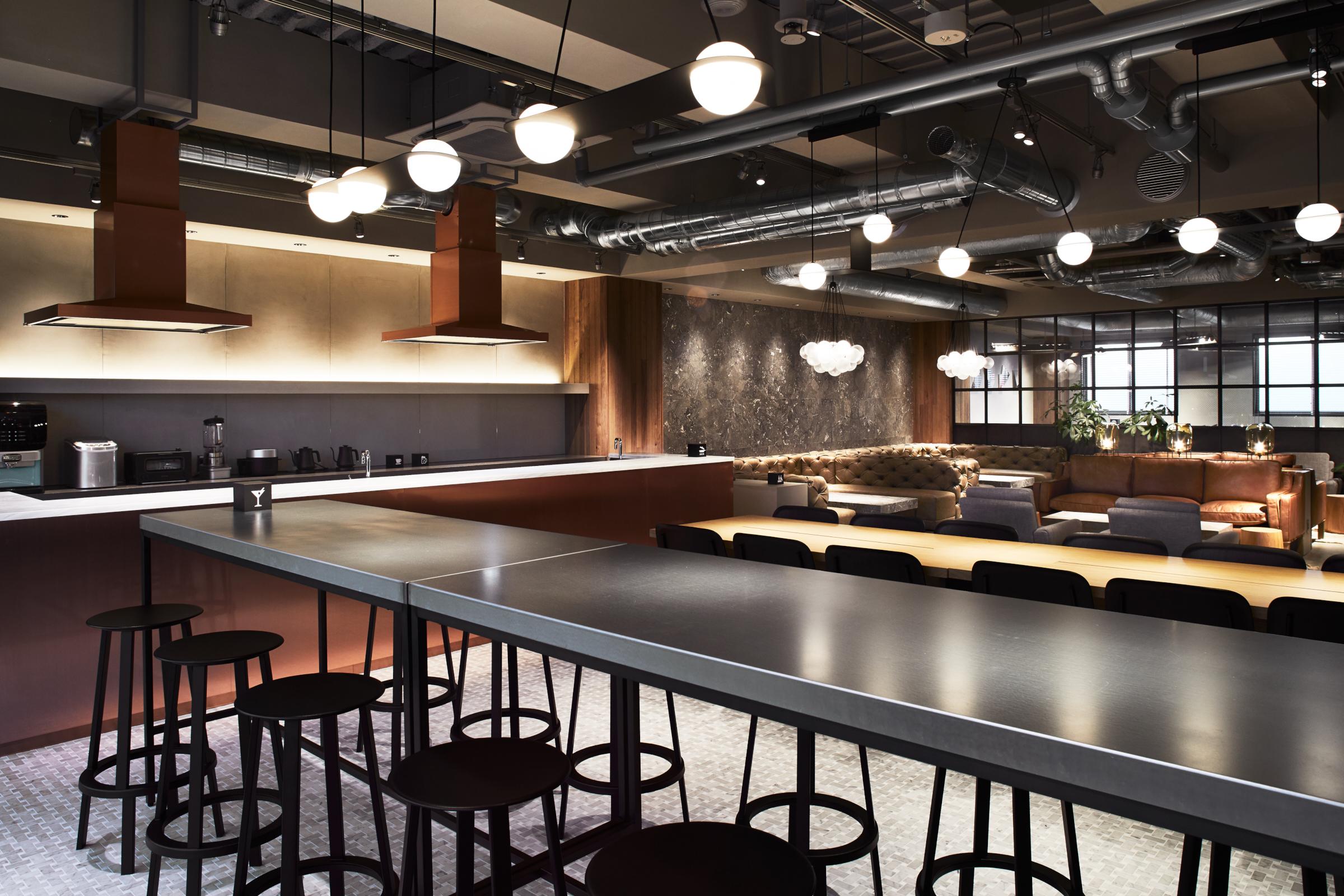 ラウンジには、バルミューダの調理家電などが揃った広々としたキッチンスペースが併設されています。