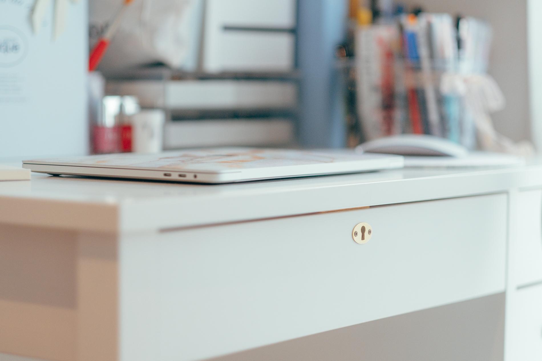「取手などを自分で決められるmomo naturalの机が欲しくて購入する前提で、机が似合うお部屋を探しました。鍵穴も可愛くて気に入っています。」
