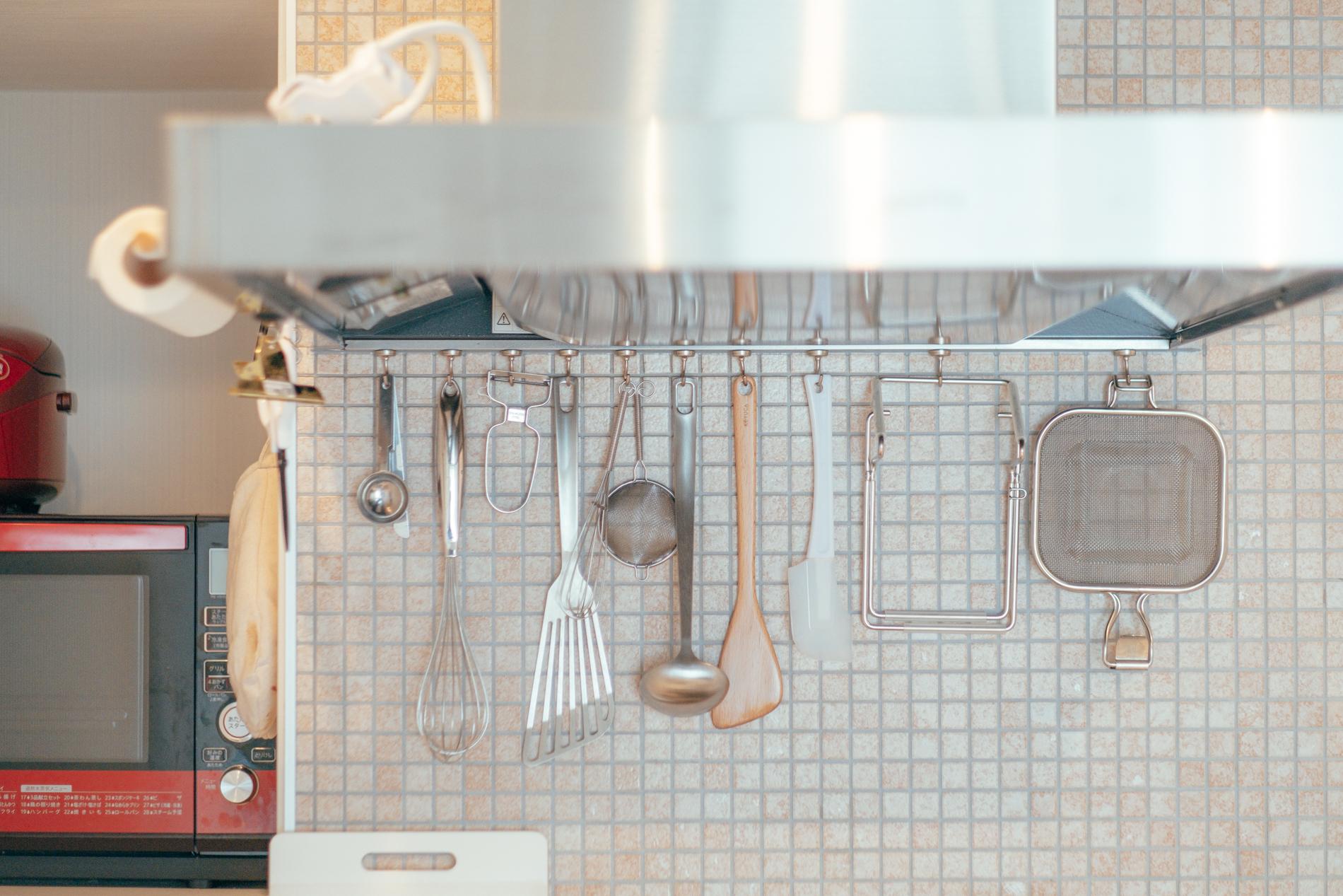 「キッチンアイテムも収納はあまり多くないのですが吊るして、収納箇所をプラスで作っています。」
