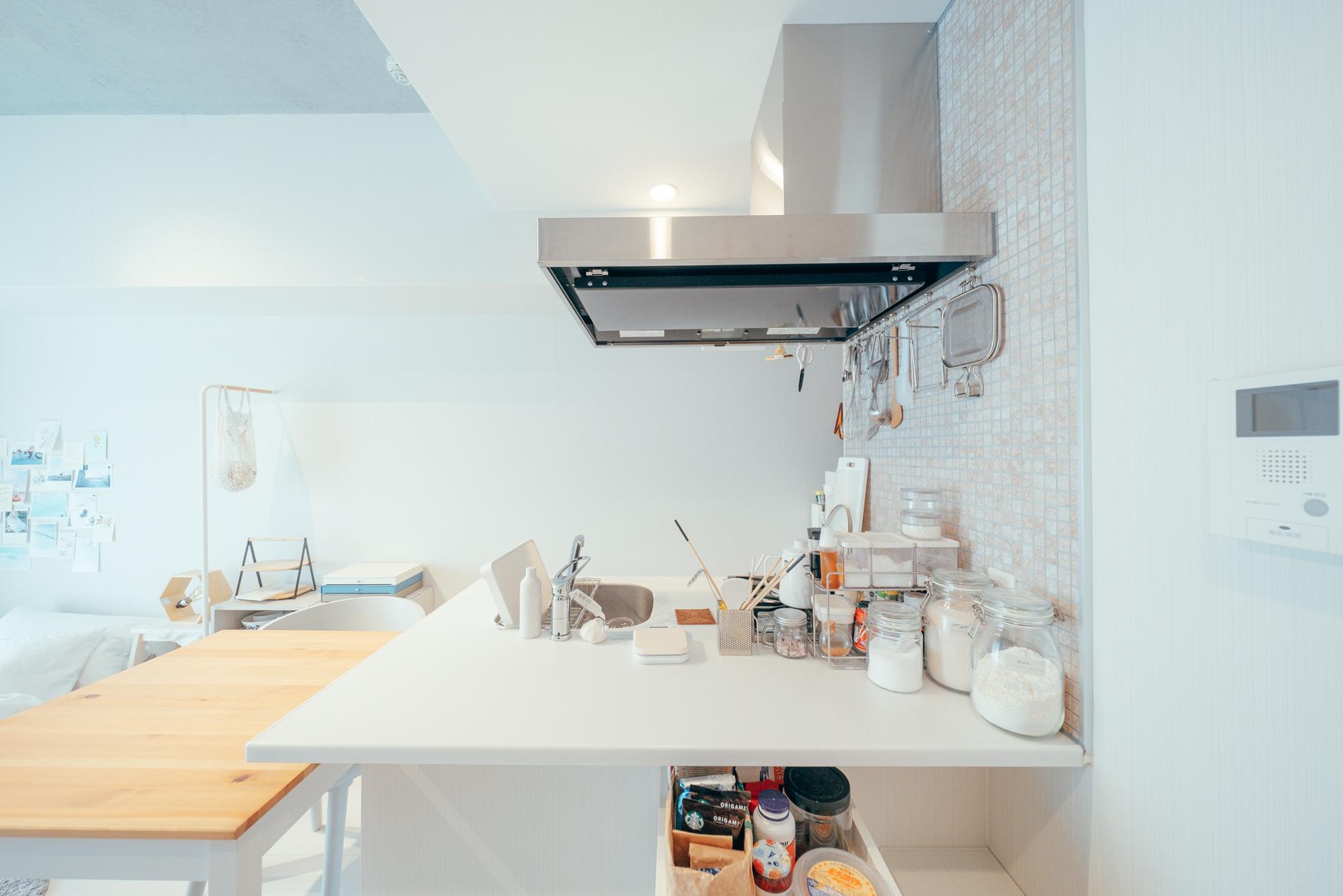 お部屋を決めたポイントの1つでもあるキッチンも使い方を工夫している場所の1つだそう。 「空間として、開けているキッチンが最初にお部屋を見た時、とても良いなと思いました。」