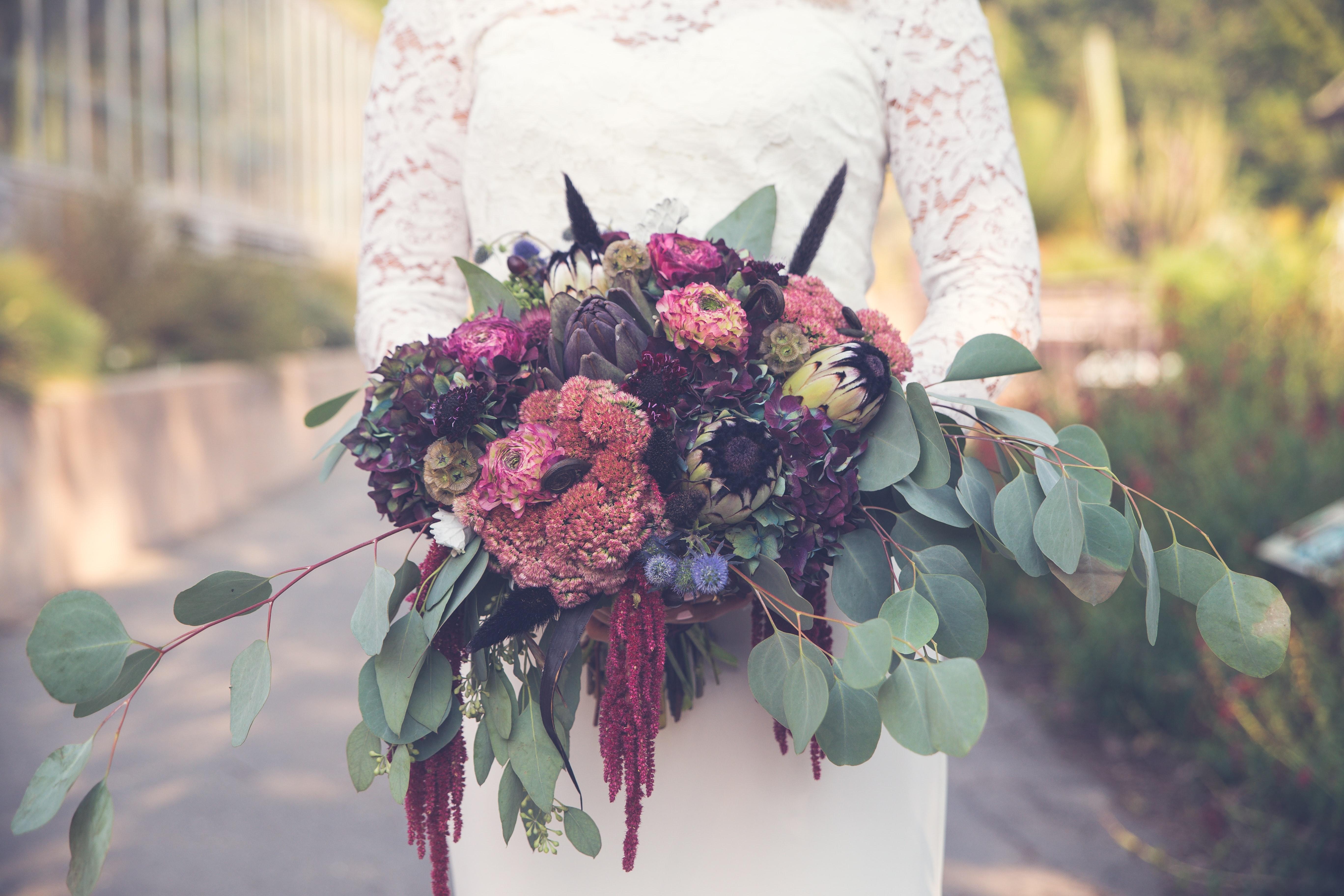 「ヒモゲイトウ」とも呼ばれますが、植物的には「ケイトウ」とは別の分類です。垂れるように咲くものや、そうでないものなど品種も様々。画像の花束のように、垂れるように束ねることができるのも魅力です。秋に開催される結婚式があれば、そのブーケの中にそっと入れ込むのもおすすめ。