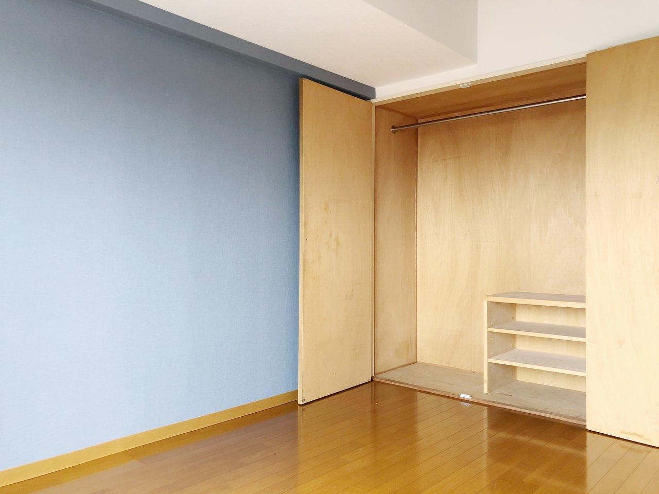 大きめの収納と、ブルーのアクセントクロスが嬉しい1Kのお部屋